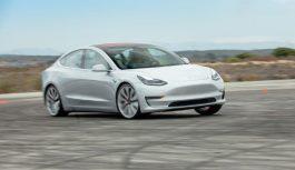 """Працівники Tesla заявили, що Model 3 на заводі """"ремонтують"""" ізолентою"""