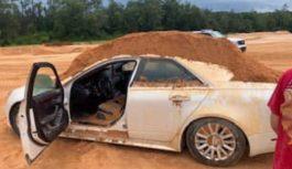Хлопець висипав гору піску на автомобіль своєї дівчини, яка не захотіла з ним говорити